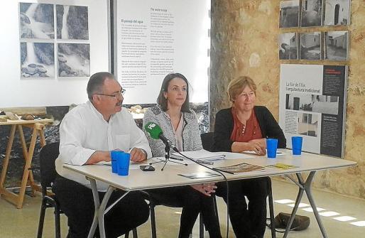 El alcalde de Sant Joan, Antoni Marí, la directora general Neus Lliteras y la presidenta de Amics de la Terra, Hazel Morgan, ayer en el centro de interpretación de es Amunts.