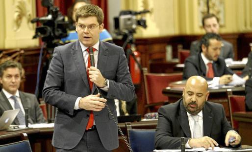 El conseller Martí Sansaloni, ayer durante su intervención en la sesión plenaria del Parlament.