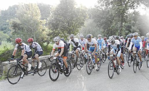 El pelotón, donde destacaron Miguel Indurain y el propio Parrilla, inundó las carreteras de Mallorca en una prueba de extrema dureza con 312 kilómetros y 4.500 metros de desnivel.
