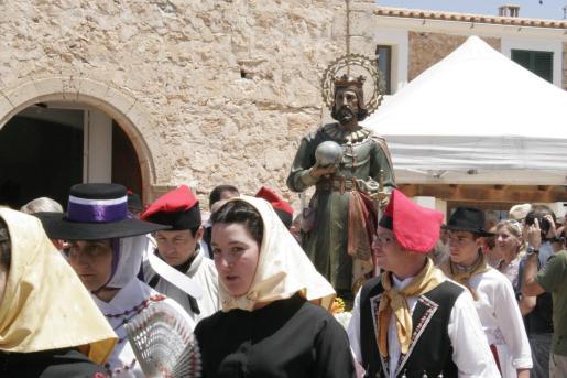 Los mujeres del pueblo, en primer término, portan la imagen de la Virgen en el transcurso de la procesión.