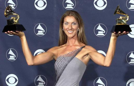 Celine Dion, posando con dos premios Grammy, en imagen de archivo.