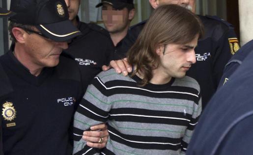 El asesino de la joven Marta del Castillo, Miguel Carcaño, es escoltado con fuerte protección policial, durante un traslado.
