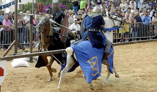 Una justa entre caballeros fue el punto de arranque de la décimo quinta Feria Eivissa Medieval, que permanecerá activa hasta el domingo