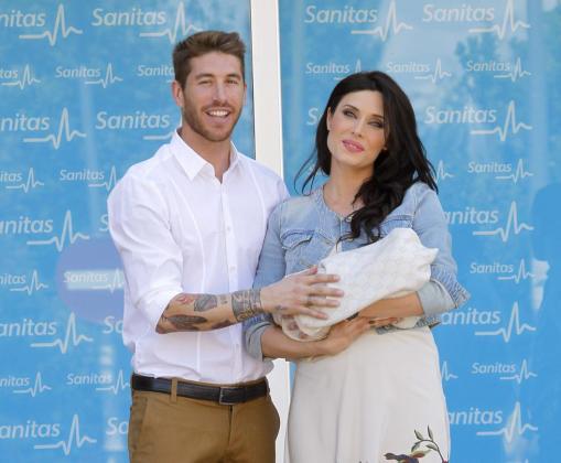 Sergio Ramos y Pilar Rubio posan con su primer hijo.