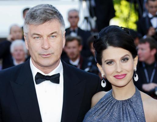 """Imagen de archivo del actor estadounidense Alec Baldwin (i) y su esposa, Hilaria Thomas, antes de la proyección de la película """"Blood Ties"""" durante la 66 edición del Festival de Cine de Cannes, el año pasado."""