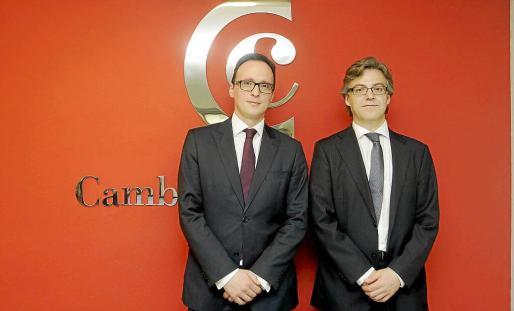 Los abogados Rafael Fernández y Pablo Navarro, ayer, minutos antes de la charla informativa.