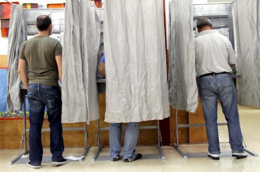 Imagen de unos ciudadanos palmesanos votando esta mañana.
