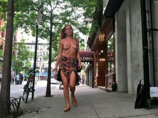 La hija de Bruce Willis y Demi Moore, Scout LaRue Willis, se pasea por Nueva York en Topless para protestar contra la polñitica de Instagram.