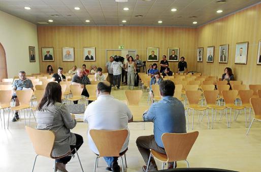 La subasta tuvo lugar en la sala de plenos del Ayuntamiento de Sant Josep y contó con una veintena de asistentes.