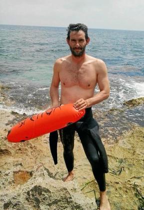 El nadador ibicenco Juanjo Serra posa en Jávea poco antes de darse un chapuzón.
