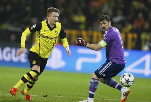 Marco Reus, en una imagen de archivo junto a Iker Casillas.