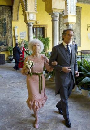 """EFE - ESPAÑA DUQUESA ALBA - IHU - Celebridades;Ceremonia - SEV35. SEVILLA, 05/10/2011.- La duquesa de Alba, Cayetana Fitz-James Stuart, y Alfonso Díez Carabantes, tras contraer matrimonio poco antes de las 13:30 horas, en una ceremonia celebrada en la capilla del Palacio de las Dueñas. La duquesa, de 85 años, ha dado el """"sí quiero"""" a Díez Carabantes, 25 años menor que ella."""
