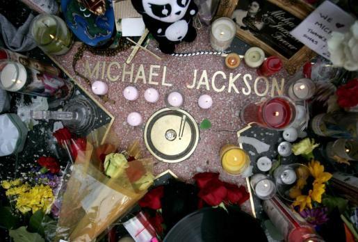 Fotografía de archivo del pasado 26 de junio del 2009 de la estrella del cantante estadounidense, Michael Jackson, adornada con flores y notas de sus seguidores de todo el mundo.