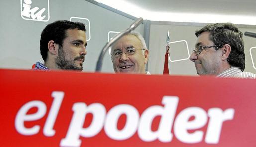 Cayo Lara (c) conversa con los diputados Alberto Garzón (i) y José Luis Centella (d), al inicio del primer Consejo Político de Izquierda Unida.