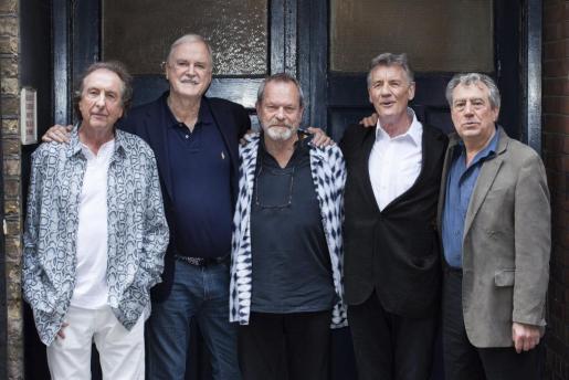 Los comediantes británicos de Monty Python (de izda a dcha) Eric Idle, John Cleese, Terry Gilliam, Michael Palin y Terry Jones posan para el fotógrafo durante un evento con la prensa en Londres (Reino Unido). Los miembros del famoso grupo regresan a los escenarios por primera vez en 30 años.