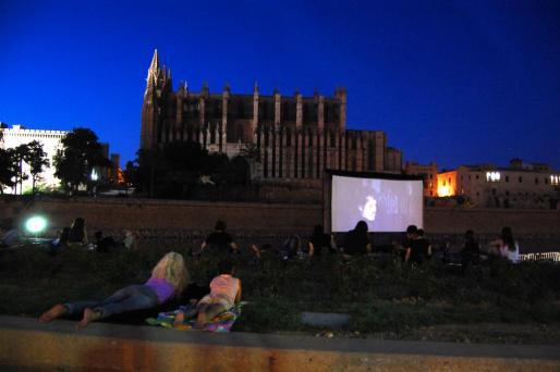 Proyección de una película en el Cinema a la Fresca.