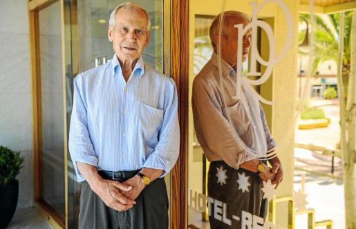El empresario hotelero José Colomar, a las puertas de su hotel en el centro de Eivissa, el Royal Plaza que abrió en 1980