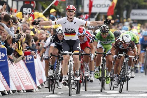 El ciclista alemán del equipo Lotto Belisol, Andre Greipel (c), celebra su paso por la meta al ganar la sexta etapa de la 101º edición del Tour de Francia, 194 kilómetros entre Arras y Reims, en Francia, este jueves 10 de julio del 2014.