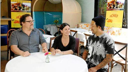 La semana pasada veíamos en MasterChef que Vicky ganaba un viaje a Los Ángeles para conocer a Jon Favreau, director, productor y actor principal de la película Chef. En dicho encuentro, la mallorquina tuvo la oportunidad de conocer no sólo al creador de la película, sino al cocinero que está detrás de toda la parte culinaria de la misma, el chef Roy Choi. Este es el rey de la comida en las calles de Los Ángeles y ganador en 2010 del premio al mejor nuevo chef de la revista Food&Wine. g Foto: SONY