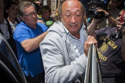 El diseñador de moda valenciano Francis Montesinos saliendo del juzgado de Lliria tras quedar imputado en una causa abierta por supuestos abusos sexuales a dos menores.