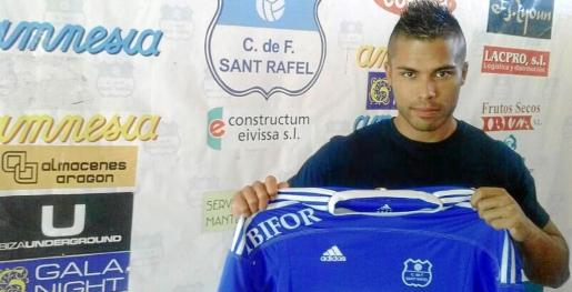 Edmon Villanueva posa con la camiseta del San Rafael el lunes por la noche tras firmar como nuevo jugador 'blue'.