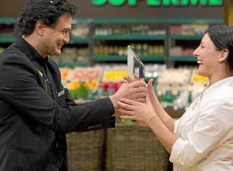 Fotografía facilitada por RTVE de la mallorquina Vicky Pulgarín recibiendo el premio de ganadora de Masterchef de manos del miem