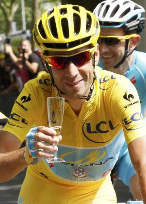 Vincenzo Nibali brinda con champán por su victoria en el Tour de Francia.