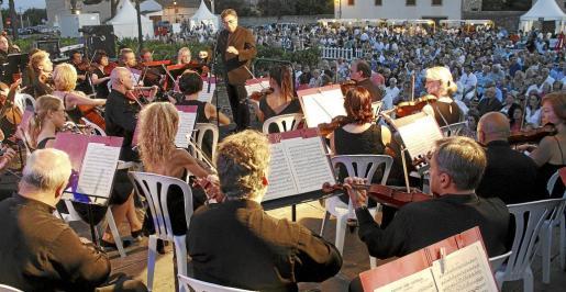 La Orquestra Simfònica de les Illes Balears 'Ciutat de Palma', dirigida por Luis Remartínez, abrió el 'Concert de la lluna a les vinyes', que reunió a cerca de mil asistentes en Santa Maria.
