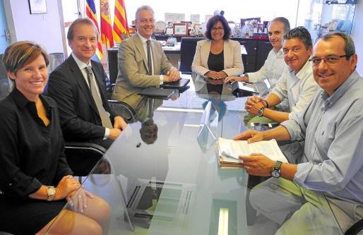 Gutiérrez (en el centro) y el embajador Manley (a su derecha) durante la reunión de ayer en el Ayuntamiento.