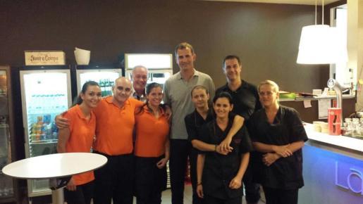 El Rey se fotografío con los trabajadores del restaurante La Cantina CN donde fue a cenar con Doña Letizia el sábado.