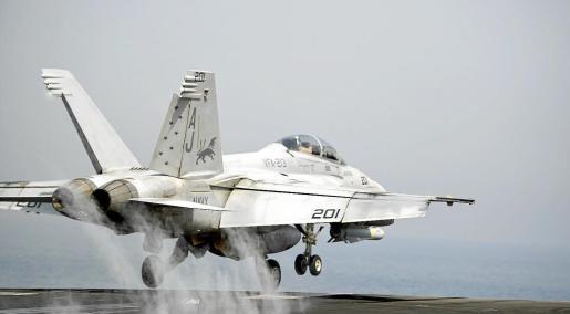 Un F/A-18 despega del portaaviones 'George H. W. Bush' en el Golfo Pérsico para atacar a los islamistas.