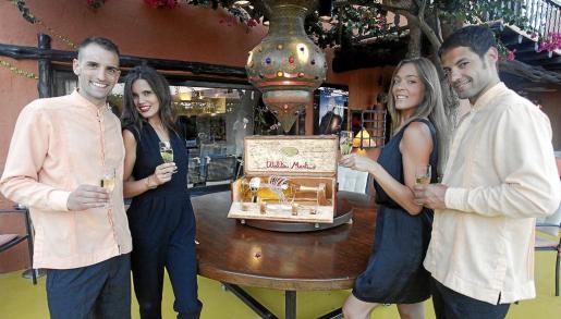 El equipo del exclusivo restaurante Las Dos Lunas muestra la botella de L'Oro di Bacco, que se expone hasta hoy en el restaurante y que continuará su recorrido por la isla.