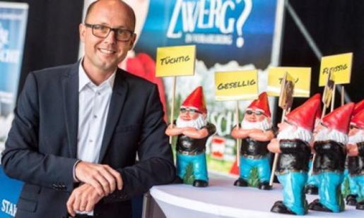 Michael Ritsch, candidato del SPÖ austríaco, junto a los enanos de jardín protagonistas de la campaña política.