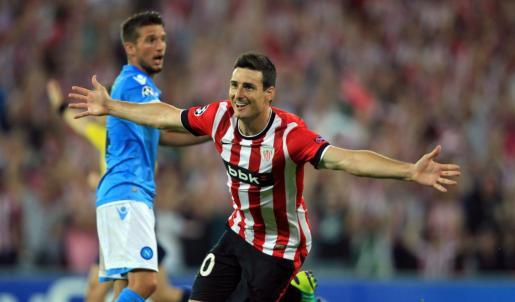 El delantero del Athletic de Bilbao Aritz Aduriz celebra el primer gol de su equipo ante el Nápoles, durante el partido de vuelta de la fase previa de la Liga de Campeones disputado en San Mamés.