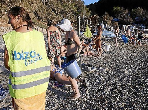 Los voluntarios de Ibiza Limpia se emplearon ayer a fondo para intentar dejar lo más libre de residuos posible la playa de Cala Salada.