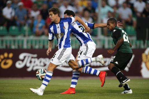 Los jugadores de la Real Sociedad Iñigo Martínez (i) y Alberto de la Bella (c) pelean un balón con el centrocampista brasileño del Joaozinho, durante el partido de vuelta de la eliminatoria previa de la Liga Europa que se disputa en Krasnodar.