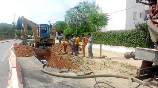 Los operarios trabajando ayer en la avenida de Sant Agustí para reparar la avería.