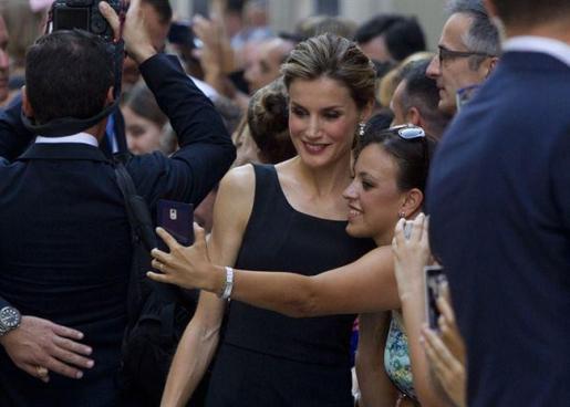 Doña Letizia, haciendo un 'selfie' junto a una mujer en Málaga.