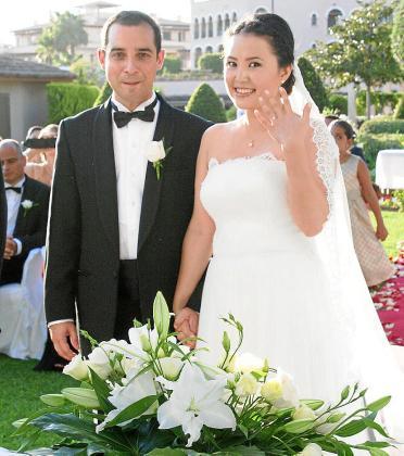 Dina Alzhanova y Giovanni Martinucci, ya marido y mujer, se mostraban felices. Dina lució un hermoso vestido de Rosa Clará y nos mostró su anillo, muy sonriente. Los padres de Giovanni, Angelo y Alide, eligieron este enclave para la boda de su hijo.