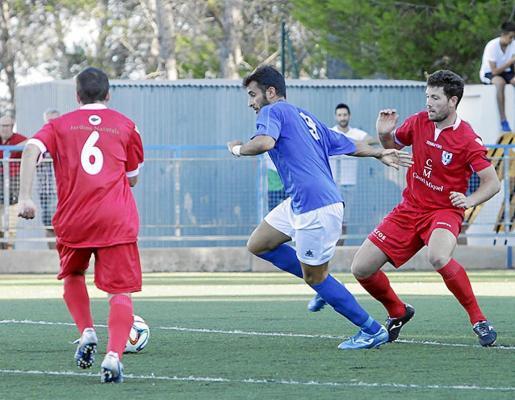 Carvajal conduce el balón en una acción del partido anterior del San Rafael contra el Alaró.
