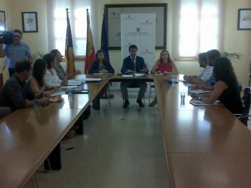 Un momento de la reunión entre Gabriel Company y las plataformas antiprospecciones petrolíferas
