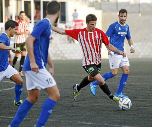El jugador del Mercadal Raúl marcó el único gol del encuentro de ayer.