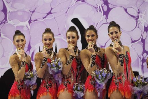 El equipo español posa con la medalla de oro.