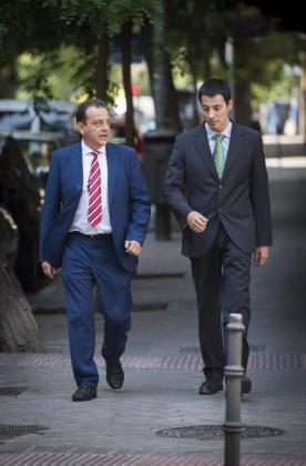 El fiscal anticorrupción Pedro Horrach (i), a su llegada esta tarde a la Fiscalía en Madrid para tomar declaración como testigo al presidente del Real Madrid, Florentino Pérez, en el marco de su investigación sobre la presunta adjudicación fraudulenta del hospital Son Espases de Palma.