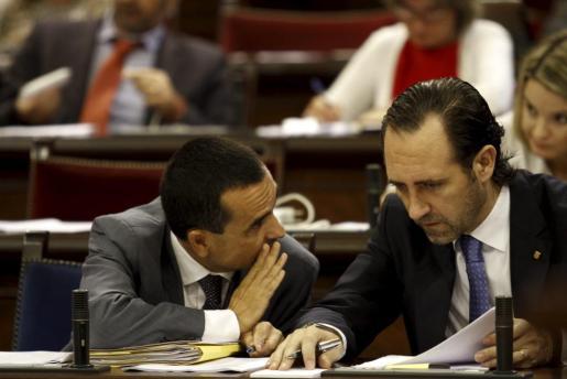El conseller de Economia, Joaquín García, conversa con el president del Govern, José Ramón Bauzá, durante la sesión parlamentaria de este martes, en la que se ha aprobado la nueva Ley del Comercio.