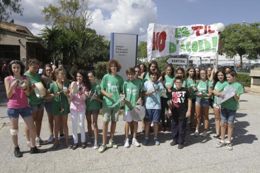 Imagen de una cacerolada realizado por los alumnos del IES Son Pacs en septiembre de 2013.