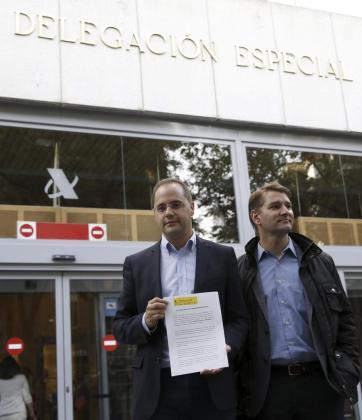 El Secretario de Organización del PSOE, César Luena (i), junto al Secretario de Economia del partido, Manuel de la Rocha Vázquez (d), en la entrada de la Agencia Tributaria para presentar la denuncia tributaria que muestran, por el caso de las tarjetas de Caja Madrid.
