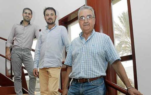 Saúl Madrid, Miguel Pérez y Vicente Madrid posan en las instalaciones de la empresa.