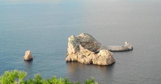 En la imagen de arriba, ses Margalides, frente a la costa de Santa Agnès; abajo, la lancha Salvamar Markab de Salvamento Marítimo.