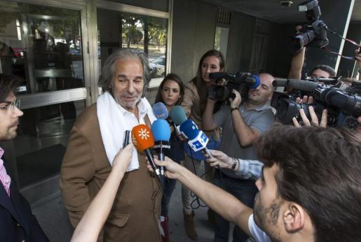 GRA355. JEREZ DE LA FRONTERA(CADIZ), 31/10/2014.- El extorero Rafael de Paula ante los medios de comunicación a la salida de los juzgados de Jerez de la Frontera ( Cádiz), después de pasar a disposición judicial tras ser detenido ayer tarde y pasar la noche en los calabozos de la comisaría jerezana por proferir amenazas e intentar agredir a su abogado. EFE/Román Ríos PAULA SALE DE LOS JUZGADOS DE JEREZ TRAS PRESTAR DECLARACIÓN ANTE EL JUEZ